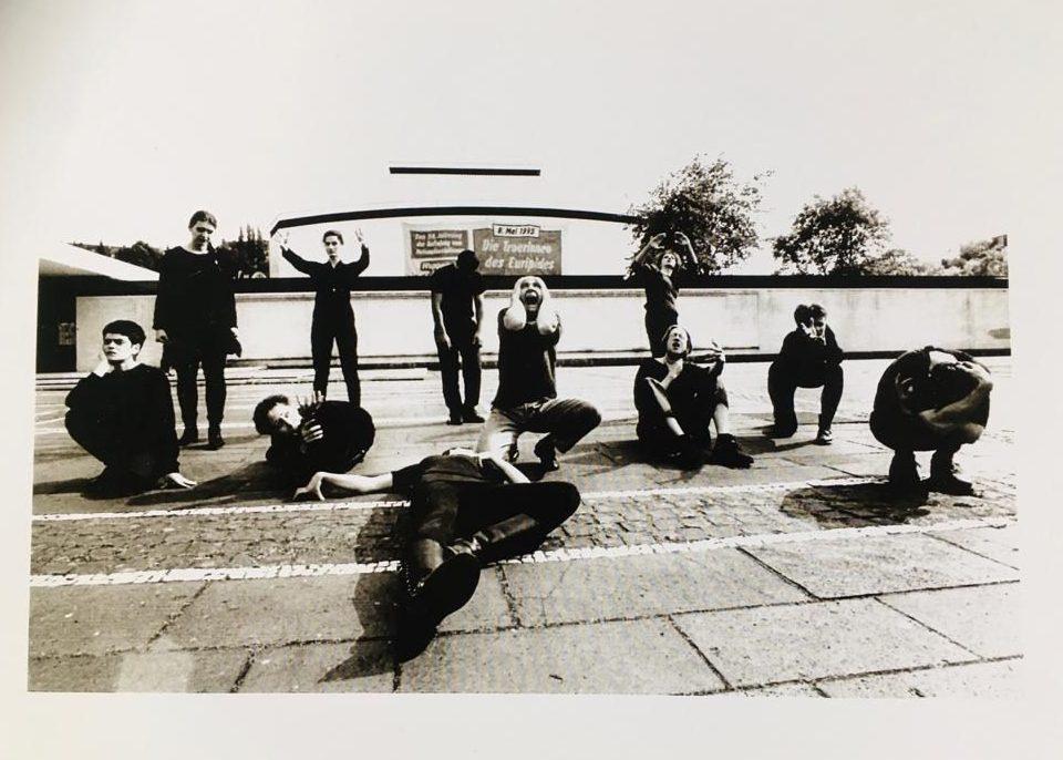 Das Ensemble vor dem Wuppertaler Schauspielhaus